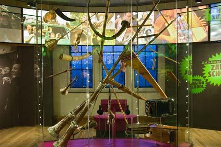 Muziekwereld-vitrine%20blaasinstrumenten